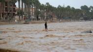 Bei den Unwettern in Spanien sind bislang fünf Todesopfer von den Rettungskräften geborgen worden.