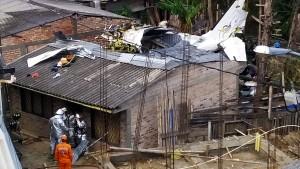 Flugzeug stürzt in Wohngebiet