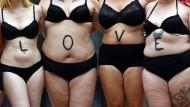 Selbstliebe: Immer mehr Frauen stärken sich gegenseitig den Rücken – auch online.