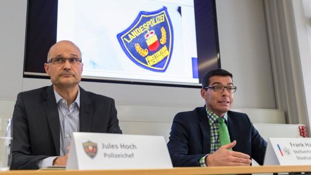 - liechtensteins-polizeichef-jules-hoch-l-und-viz-staatsanwalt-frank-haun-bei-einer-pressekonferenz-in-vaduz