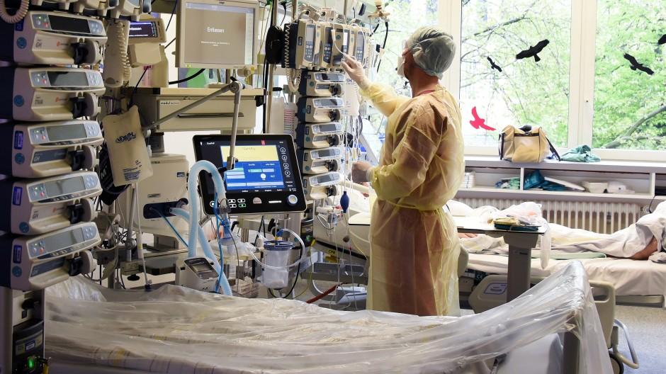 Krankenpfleger auf der Intensivstation mit Covid-19-Bereich in einem Krankenhaus in Halle/Saale.