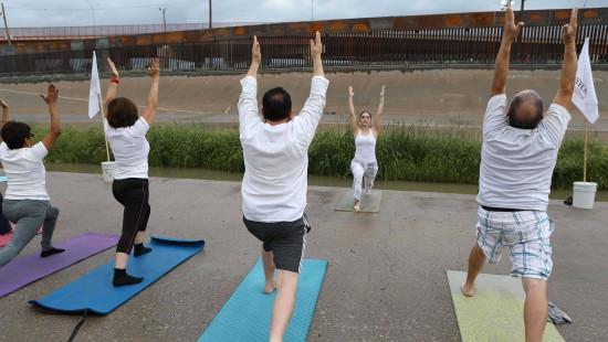 Yoga gegen Mauern