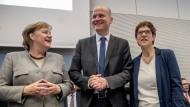 Streiten sich über die CO2-Steuer: Ralph Brinkhaus und Annegret Kramp-Karrenbauer, hier mit Angela Merkel.