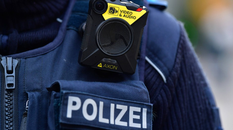 Eine Polizistin mit Bodycam im Einsatz in Erfurt