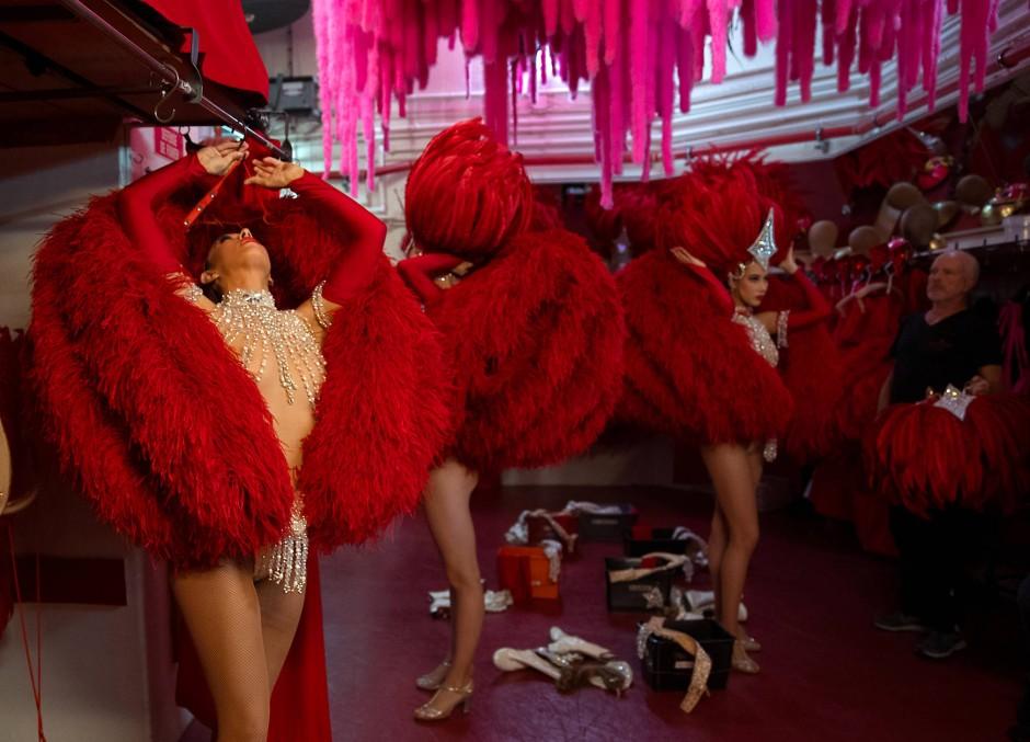 """Die Tänzerinnen wärmen sich für """"Red"""" auf, einem ganz in Rot gehaltenen Zwischenpart des """"Féerie""""-Spektakels."""