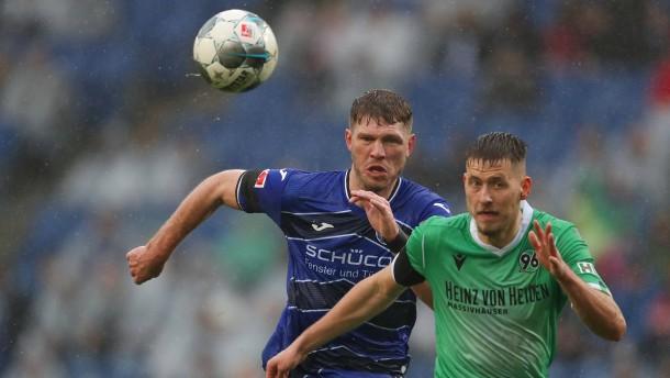 """Bielefeld gewinnt """"Wasserschlacht"""" gegen Hannover 96"""