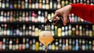 Nicht nur in dieser Brauereiausstellung in Mannheim, sondern auch in den Supermärkten des Landes fließt das Bier wieder.