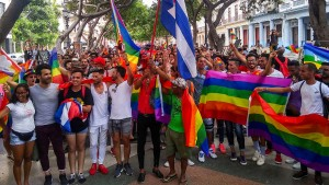 Mit wehenden Regenbogenfahnen durch Havanna