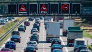 Ökonomen wissen, dass steigende Nachfrage bei unverändertem Angebot – es gibt nicht mehr Straßen – zu einem Problem wird: Wir nennen es Stau.