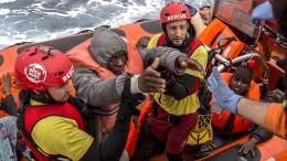 Wieder Hunderte Menschen aus Schlauchbooten gerettet