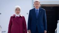 Der türkische Präsident Recep Tayyip Erdogan und seine Frau Emine sind heute auf dem militärischen Teil des Flughafen Tegels in Berlin angekommen.