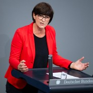 Der klaren Markierung bestehender Meinungsunterschiede dient laut Christoph Möllers die parlamentarische Debatte: Die Bundestagsabgeordnete Saskia Esken sprach am 23. Oktober 2019 in einer Aktuellen Stunde.