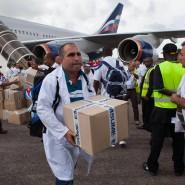 Kubanische Helfer entladen in Freetown, Sierra Leone, die Flugzeuge.