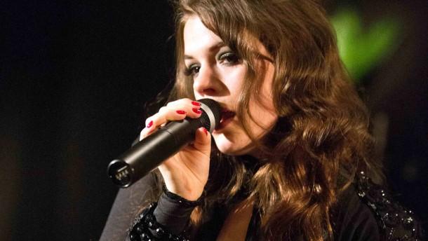 Elisa Schmidt - Die Berliner Pop-Jazz-Burlesque-Sängerin Elisa Schmidt spielt in der Bar Tausend.