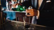 Ein Barkeeper mischt Zutaten für einen Cocktail – mit Gin. Der Trend zum Wacholderschnaps ist ungebrochen.
