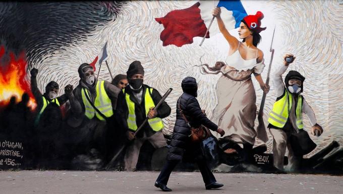 """""""Die Freiheit führt das Volk"""": Ein von von Eugene Delacroix inspiriertes Wandgemälde in Paris zeigt die Proteste der Gelbwesten."""