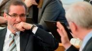 """Ministerpräsident Matthias Platzeck (SPD) wird von CDU-Fraktionschef Dieter Dombrowski im Potsdamer Landtag verbal attackiert: """"Jahrelang zugesehen, wie getrickst und getäuscht wurde"""""""