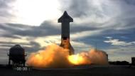 Die unbemannte SpaceX-Rakete Starship SN10 zu Beginn ihres Testflugs.