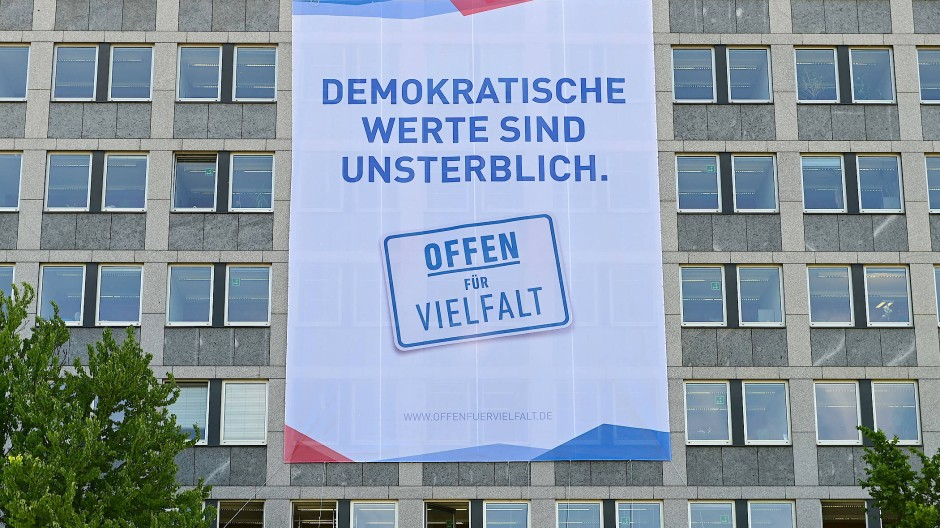 Deutliches Zeichen: Ein großes Banner erinnert an der Fassade des Regierungspräsidiums in Kassel an den Mord an Walter Lübcke.