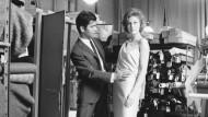 Hier zum ersten Mal zu sehen: Karl Lagerfeld passt und fasst ein Kleid an, vor 60 Jahren bei Patou.