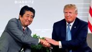 Der amerikanische Präsident Donald Trump (r) mit Japans Premierminister Shinzo Abe am Sonntag in Biarritz