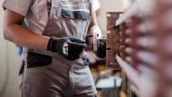 Hoffnung bei mittelständischen Unternehmen: Nach der neuen Gesetzlage könnten abgelehnte Asylanten durch eine Arbeitsanstellung ein Bleiberecht erwirken.