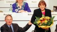 Der CDU-Vorsitzende Wolfgang Schäuble gratuliert am 7.11.1998 auf dem Parteitag in Bonn der soeben zur Generalsekretärin gewählten Angela Merkel.