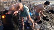 Vorläufiges Ende: Flüchtlinge in Belgrad waschen sich.