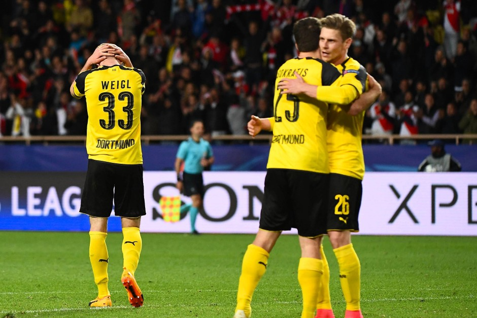 Die Dortmunder Spieler sind nach dem 3:1-Endstand gegen Monaco geknickt.