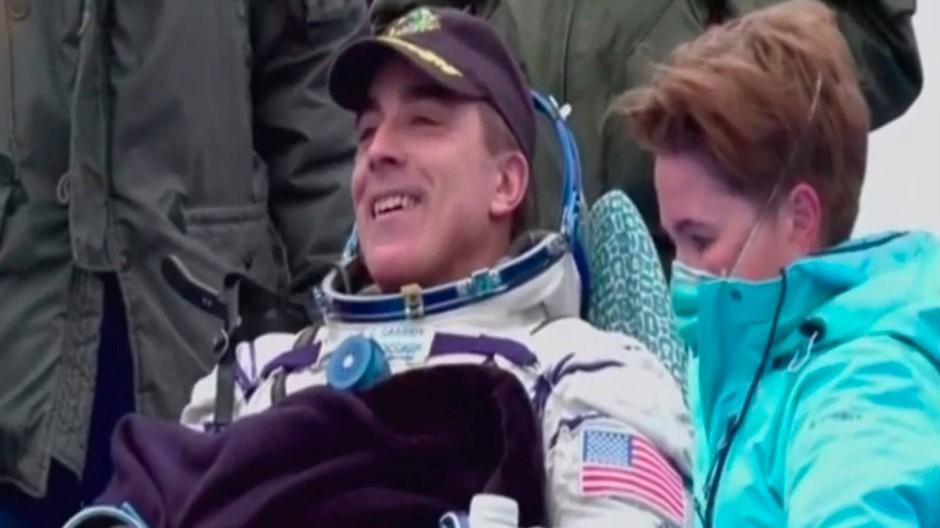 """Ein Foto der russischen Raumfahrtagentur """"Roscosmos"""" zeigt den amerikanischen Astronaut Chris Cassidy nach der Landung in Kasachstan."""