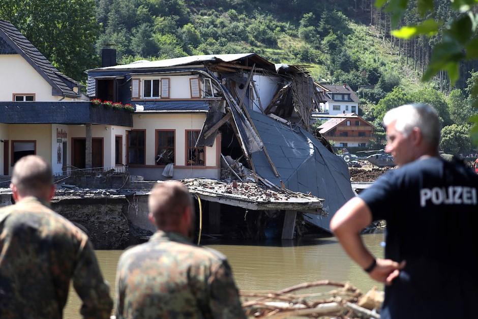 Soldaten der Bundeswehr inspizieren am Mittwoch ein zerstörtes Haus in Ahrweiler.