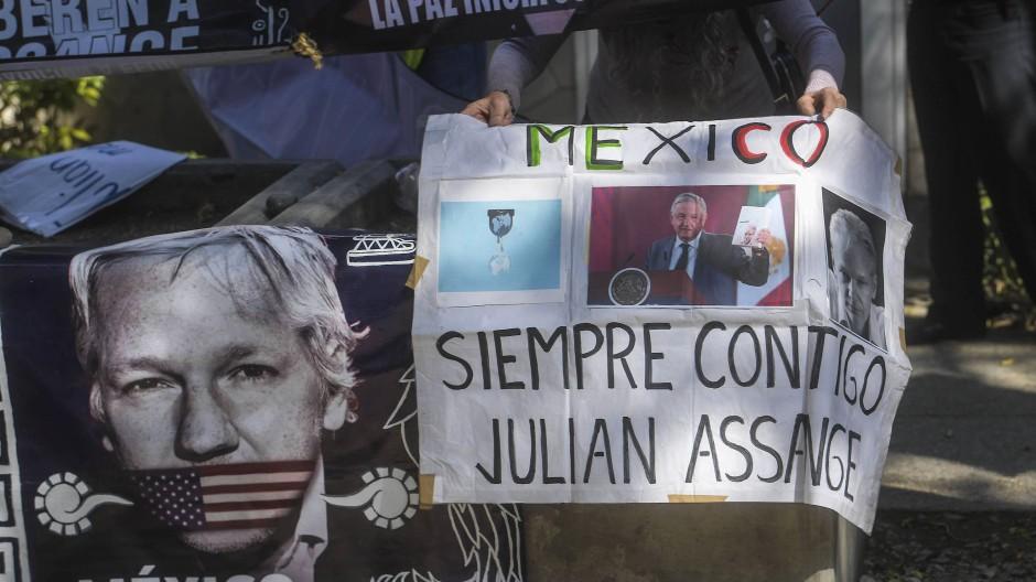 """Ein mexikanischer Aktivist zeigt mit einem Transparenz seine Solidarität mit Julian Assange und dem Schriftzug """"Mexiko ist immer bei dir""""."""