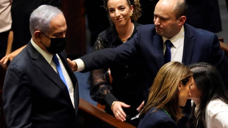 Neuanfang: Der alte Ministerpräsident Benjamin Netanjahu und sein Nachfolger Naftali Bennett (rechts) am Sonntag in der Knesset.