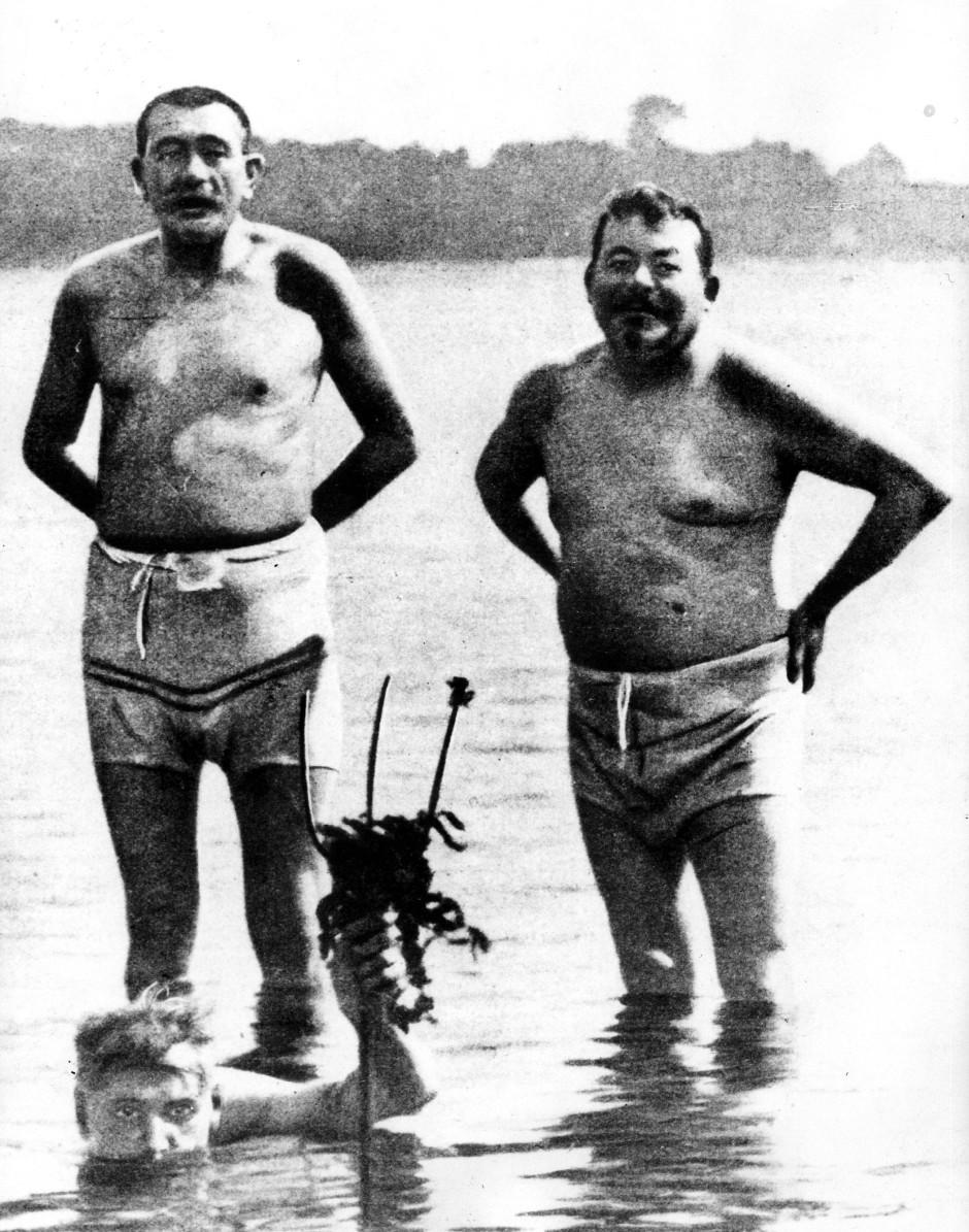 Badespaß für Sozis: Friedrich Ebert (rechts) und Reichswehrminister Gustav Noske (links) im Ostseebad Haffkrug. De Schnappschuss vom Juli 1919 bereitete Ebert große Probleme.