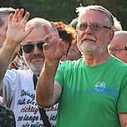 Etwa 170 Teilnehmer demonstrieren am 25. Juli vor dem Rathaus in Guben (Brandenburg) für den zum Bürgermeister gewählten Klaus-Dieter Hübner.