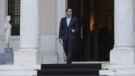 Tsipras, Ministerpräsident von Griechenland, verlässt sein Büro, um nach dem Rücktritt von Verteidigungsminister Kammenos zu Journalisten zu sprechen