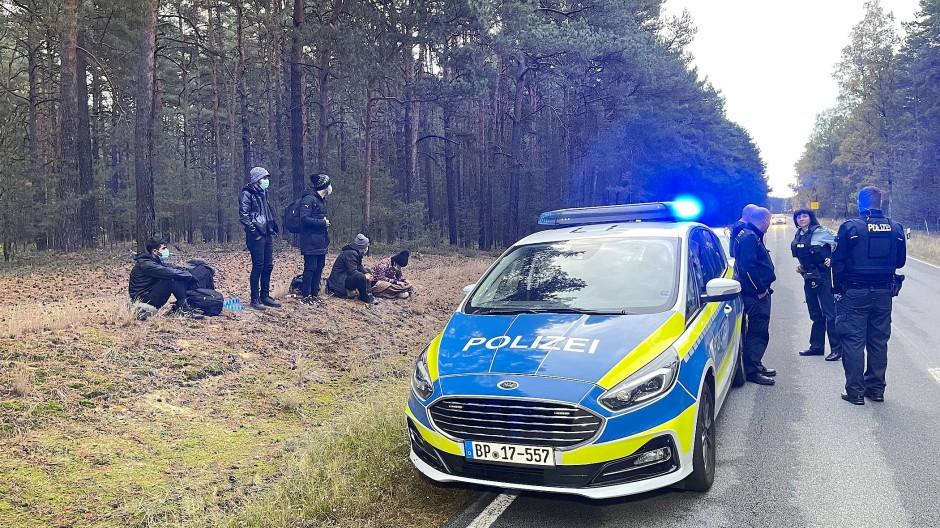 Bundespolizisten treffen nahe der deutsch-polnischen Grenze am 19. Oktober auf Migranten.