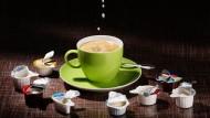 500.000 Tonnen Kaffeesahne werden im Jahr in Döschen abgefüllt