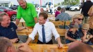 Ministerpräsident Michael Kretschmer und Geert Mackenroth im Gespräch mit Gästen der Wahlkampfveranstaltung im sächsischen Zeithain bei Riesa.