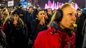 Zehntausende Serben demonstrieren gegen Präsident Vučić