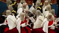 Die einen schauen hoffnungsvoll auf die Lords, die anderen ballen schon einmal die Fäuste in den Taschen und drohen, der traditionsreichen Kammer den Garaus machen