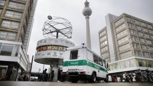 Maskierte überfallen Geldtransporter am Alexanderplatz