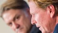 Markus Gisdol (Vordergrund) und Dietmar Beiersdorfer (Hintergrund) während einer Pressekonferenz in Hamburg