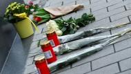 """Am Tag danach: Blumen vor der Bar """"Midnight Shisha"""" in Hanau"""