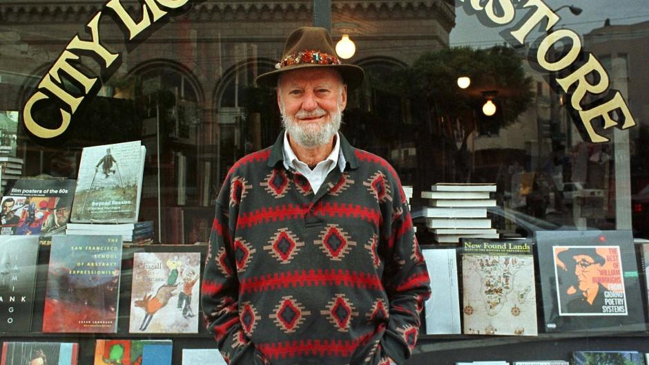 Lawrence Ferlinghetti vor seiner Buchhandlung in San Francisco