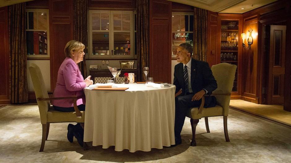 Tête-à-Tête zweier mächtiger Menschen: Bundeskanzlerin Merkel und Noch-Präsident Obama im Berliner Adlon Hotel.