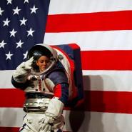 Kristine Davis, Ingenieurin für Raumanzüge bei der Nasa, präsentiert das neue Modell.