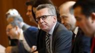 Besorgt wegen der türkischen Spionageaktivitäten in Deutschland: Bundesinnenminister Thomas de Maizière (CDU) Mitte März mit Teilnehmern der Deutschen Islamkonferenz