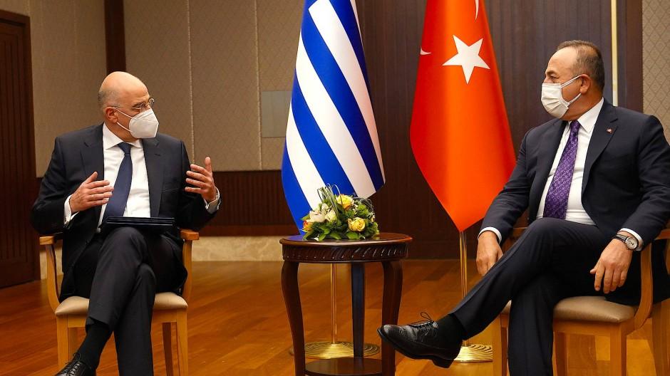 Nachbarn im Gespräch: Die Außenminister Griechenlands und der Türkei, Nikos Dendias und Mevlüt Cavusoglu, in Ankara am 15. April