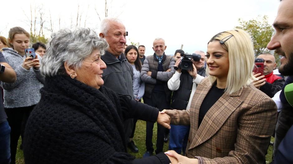 Popstar Bebe Rexha trifft Erdbebenopfer